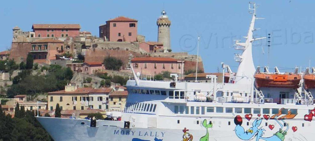 Forte Stella Elba Traghetto Moby Lally che arriva a Portoferraio