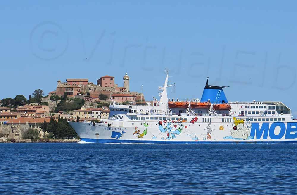 Elba Traghetto Moby Lally che arriva a Portoferraio