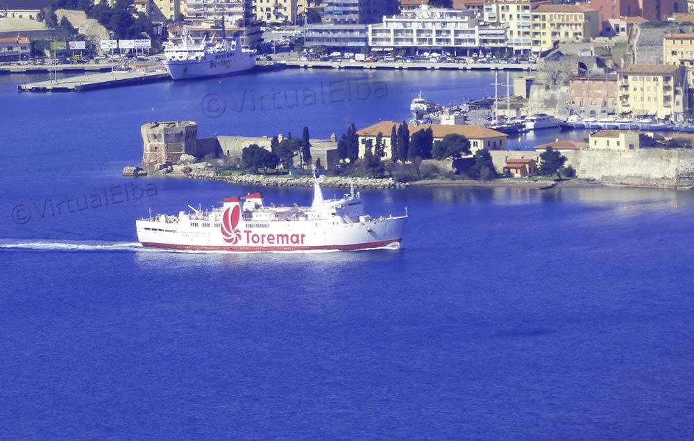 Elba Traghetto Oglasa mentre esce da Portoferraio
